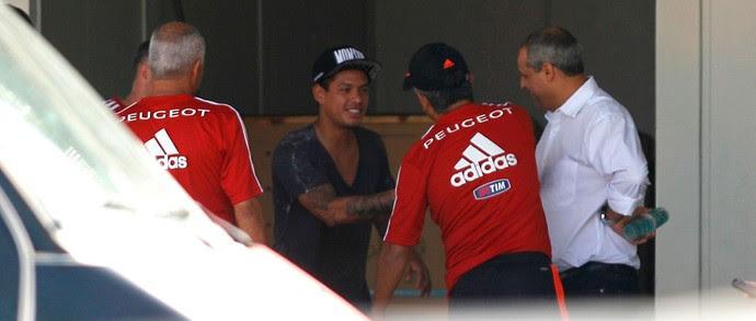Cadu se despede dos companheiros no Flamengo (Foto: Carlos Mota )