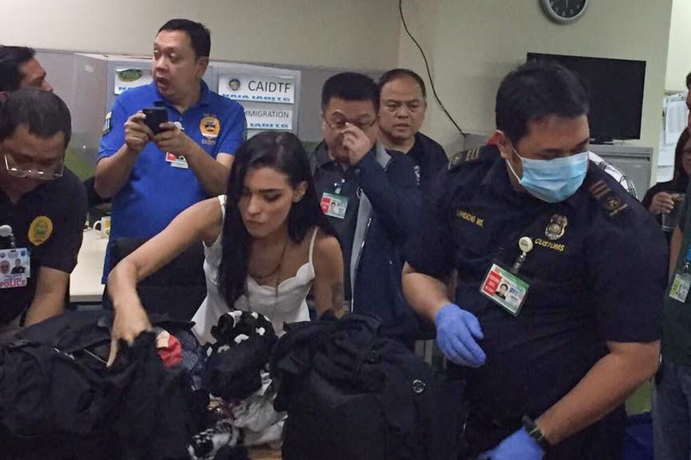 Yasmin no momento em que teve sua bagagem revistada pela imigração das Filipinas (Foto: Raoul Esperas/ABS-CBN News)