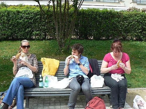 déjeuner sur un banc.jpg