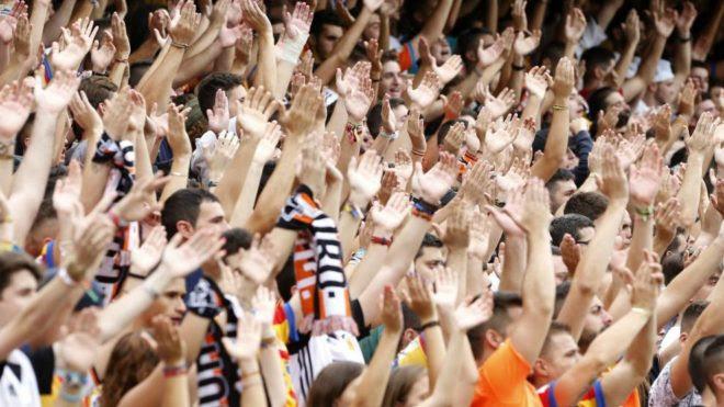 Resultado de imagen de espectadores partido futbol estallan