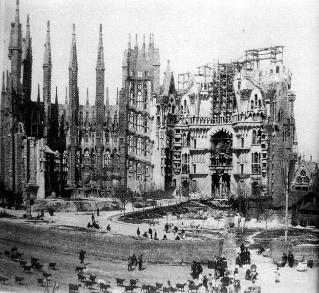 File:La Sagrada Familia en construcción, c. 1915.jpg