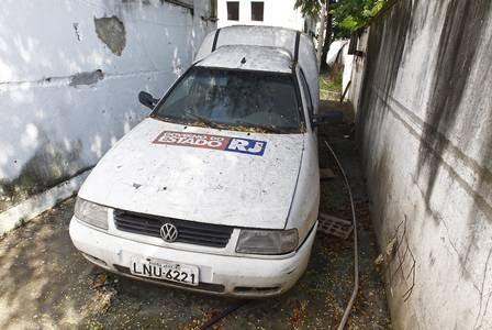 Carro para serviços administrativos está abandonado e com estulhos dentro, no pátio do Hospital estadual Albert Schweitzer, em Realengo