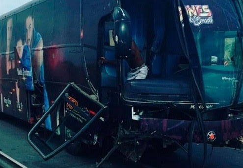 Ônibus teve parte frontal danificada. Foto: Facebook