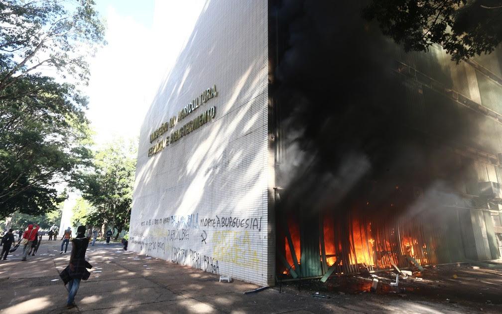Incêndio atinge Ministério da Agricultura durante protesto em Brasília (Foto: Wilton Junior/Estadão Conteúdo)