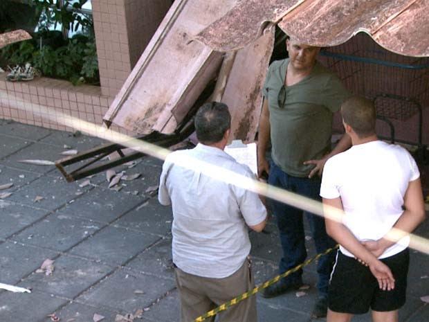 Peritos analisam local onde menino de 10 anos caiu em Campinas (Foto: Reprodução / EPTV)