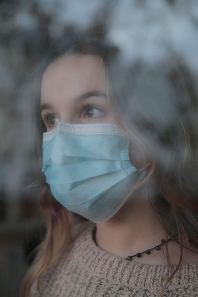 Κοροναϊός : Τρία «τρικ» που αυξάνουν την προστασία των χειρουργικών μασκών σύμφωνα με το CDC