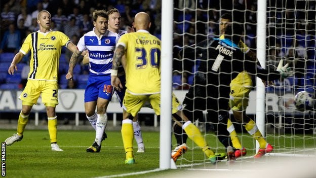 Segundo gol Simon Cox pontuação do Reading contra Millwall