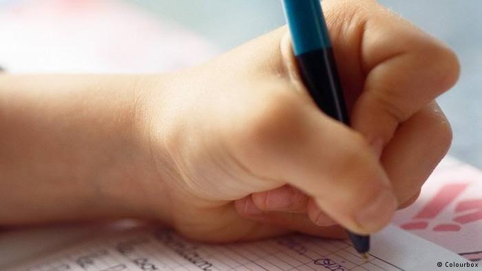 الكتابة باليد يد تكتب بالقلم Shirley