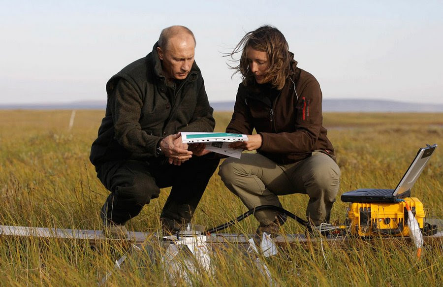 """Vladimir Putin speaks with a member of the Russian-German expedition """"Lena-2010"""" on the island Samoilovsky in the Far East, 23 August 2010.  On Monday, Putin visited the Arctic Circle and saw evidence of changes in climate after the record high temperatures in the summer of 2010."""