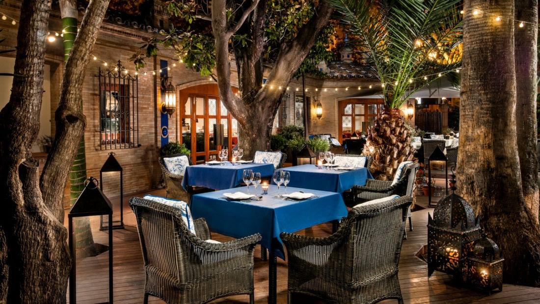 El restaurante Taifas, ubicado en los exuberantes jardines que rodean la piscina del hotel, ofrece una atmósfera tranquila perfecta para celebrar encuentros informales.