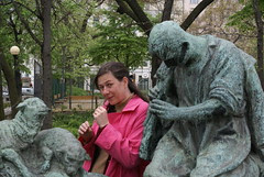 Life imitates art - the fiddler a statue with info in Magyar