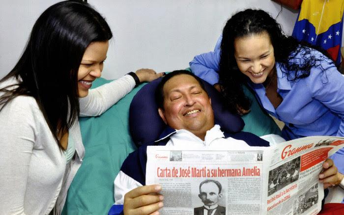 Presidente Chávez lee el Diario Granma junto a sus hijas
