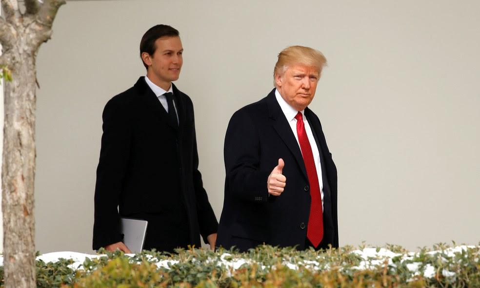 O presidente americano Donald Trump caminha com seu genro e conselheiro Jared Kushner pela Casa Branca, em imagem de arquivo (Foto: REUTERS/Kevin Lamarque/File Photo)