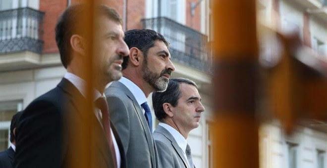 El mayor de los Mossos d'Esquadra, Josep Lluís Trapero, en el centro, a su llegada a la Audiencia Nacional.   EFE