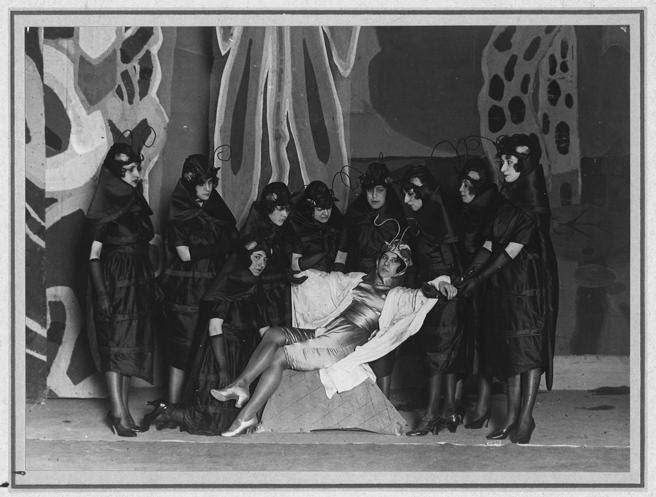 Escena de El maleficio de la mariposa en el teatro Eslava de Madrid, en 1920, recibida por el público 'con un hermoso pateo', cuenta Lorca