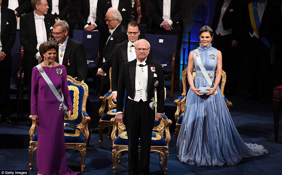 Trapos famosos: o rei Carl XVI Gustaf (centro) foi acompanhado por sua esposa Rainha Silvia (à esquerda), seus três filhos e seus parceiros no brilhante evento no Salão de Concertos de Estocolmo