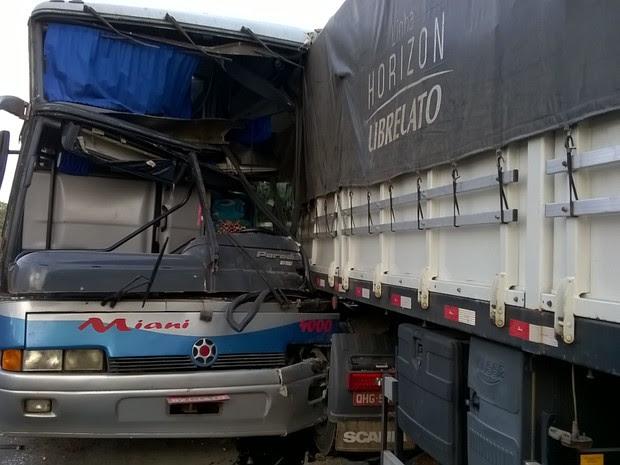 Além dos dois motoristas, 26 passageiros viajavam para Sâo Bernardo (SP) (Foto: Valdivan Veloso/G1)