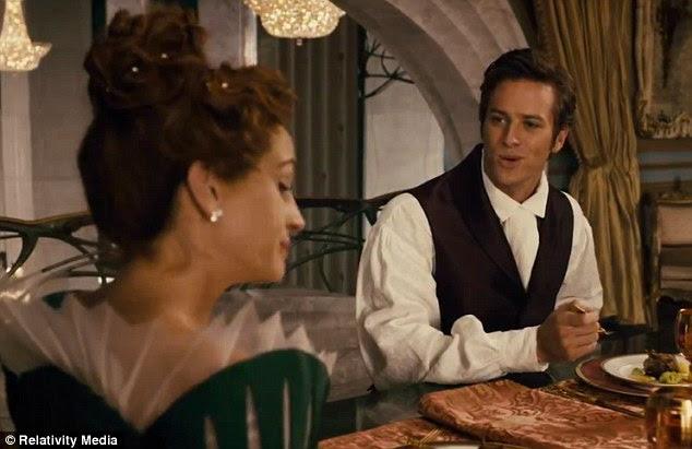 Desdém: A Rainha do Mal não parecem felizes quando o príncipe diz que Branca de Neve é a mais bela de todas as