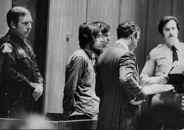 O serial killer Richard Chase (ao centro) durante audiência no tribunal de Sacramento em 1979. (AP Photo)