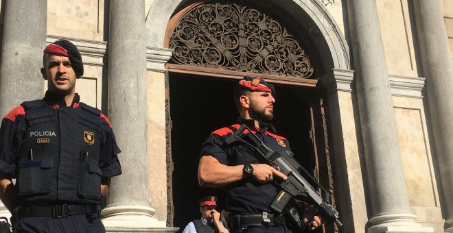 Los Mossos d'Esquadra custodian el Palau de la Generalitat./REUTERS