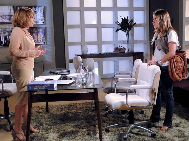 Danielle acaba contando toda a verdade para Beatriz (Foto: Fina Estampa / TV Globo)