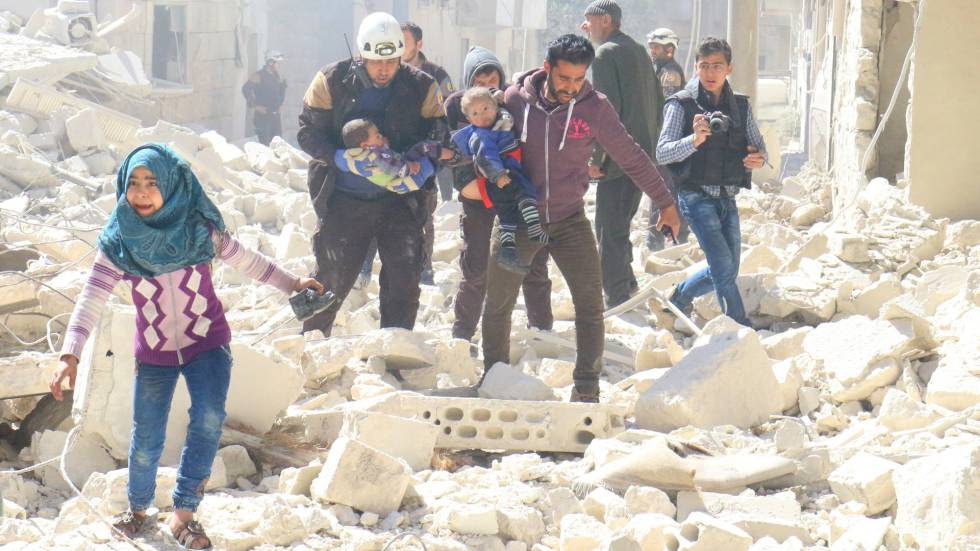 Civiles y personal de emergencias trasladan a niños afectados por un bombardeo en Idlib, el pasado 19 de marzo.