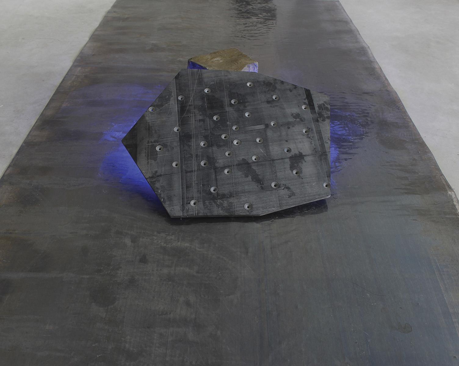 Roberto Rocchi, Frammento notturno, 2018, marmo nero, piombo, pigmento, led, cm 200x100x15