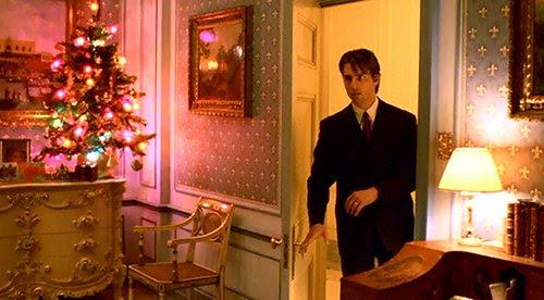 Casi cada vez que Bill entra en una habitación, lo primero que vemos una decoración de Navidad multicolor.