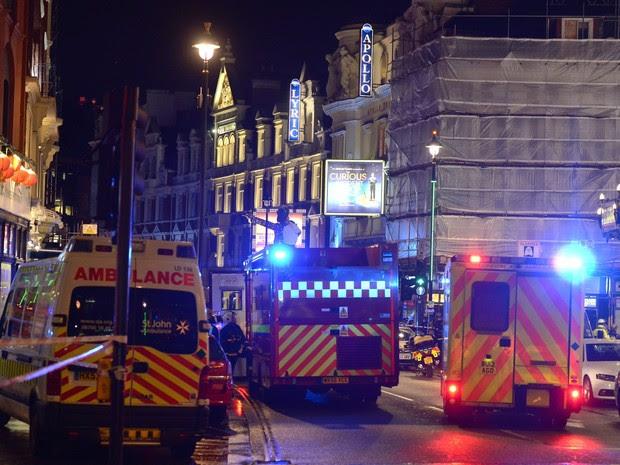 Desabamento de teto de teatro deixa feridos em Londres (Foto: AP)