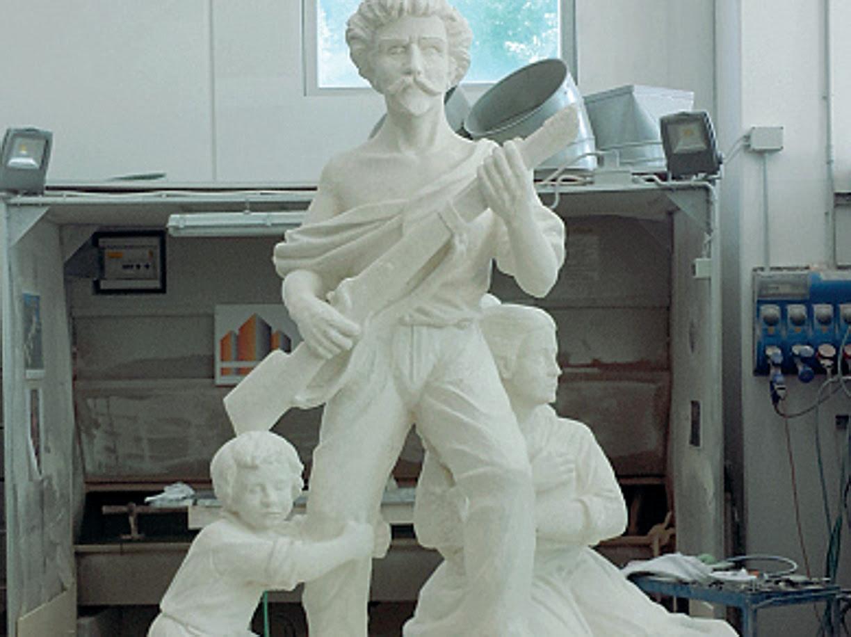 La statua dello scultore Enrico Pasquale  (Rcs)