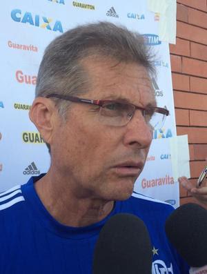 Oswaldo concedeu entrevista coletiva no CT do Brasiliense (Foto: Ivan Raupp/GloboEsporte.com)