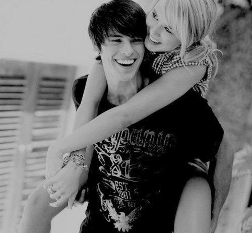 Mas uma dose, uma dose do seu beijo, do seu abraço, do seu sorriso, do toque das suas mãos nas minhas.Ah, e mais uma vez eu pude tocar no seu rosto, você me fez feliz por estar mais uma vez repetindo aquilo que não saiu das minhas lembranças, o seu beijo faz meu coração acelerar, me faz querer para ali na sua boca para sempre, o seu abraço me conforta, o seu sorriso me encanta e me faz querer olhar só para ele, e quando você me toca desperta arrepios. Pude sentir mais uma vez você passando as mãos em meus cabelos, pude sentir tudo e mais um pouco que sentia antes, e confesso foi maravilhoso. Obrigada por mais uma dose se lembranças.
