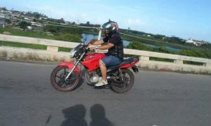 Jefferson usa a moto para viajar e ir ao trabalho