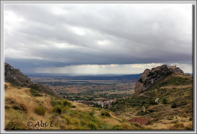 5 Vista de Poza de la Sal, su castillo y la comarca de La Bureba al fondo