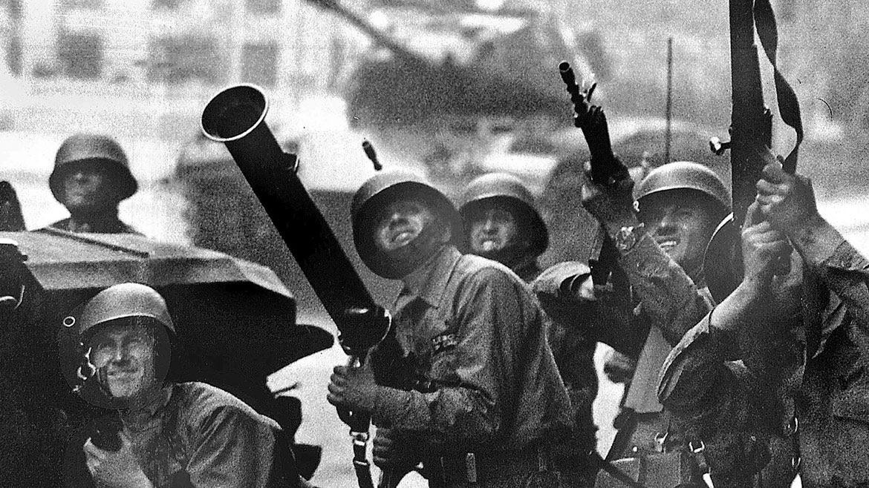11 de septiembre de 1973. Soldados de las tropas golpistas disparan contra el Palacio de La Moneda, donde se encontraba refugiado el presidente Salvador Allende.