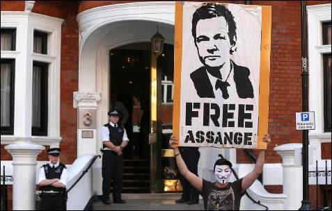 Un seguidor de Asssange pide su liberación.