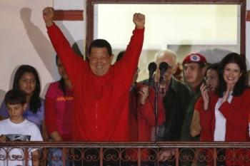 Chávez celebra a vitória no Palácio Miraflores