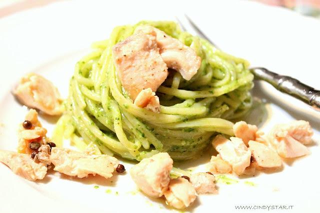 pesto day-spaghetti al pesto  con salmone al coriandolo