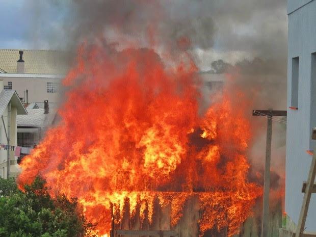 Fogo consumiu estrutura da residência na Serra do RS (Foto: Altamir Oliveira/Rádio Estação FM)