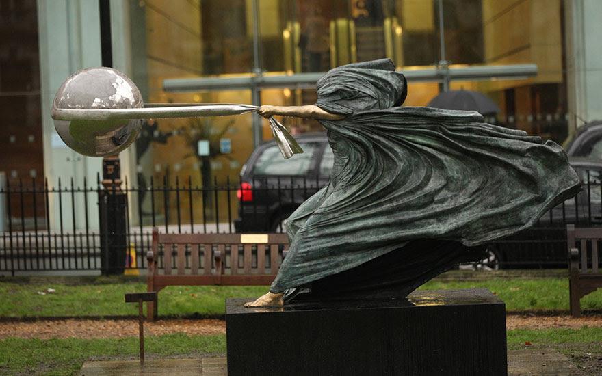 madre-naturaleza-fuerza-escultura-lorenzo-quinn-12