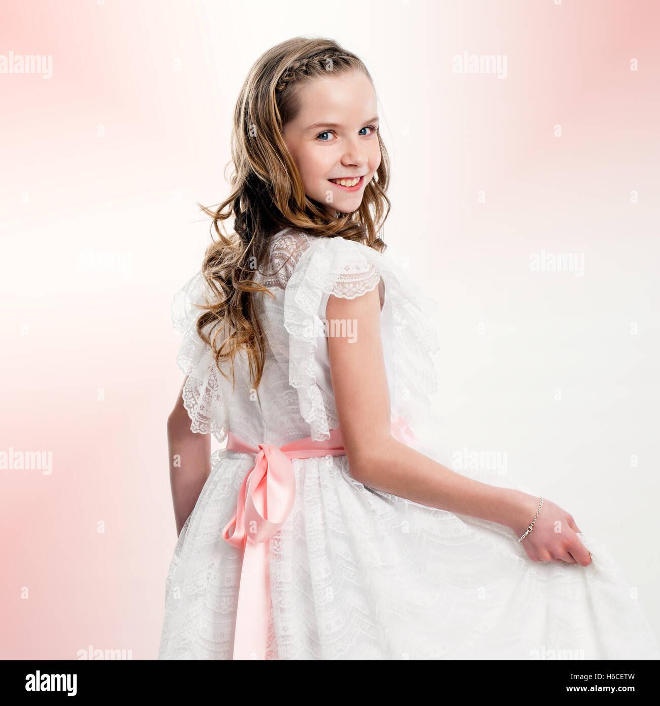 Studioportrait Von Netten Mädchen In Kommunion Kleid Hautnah
