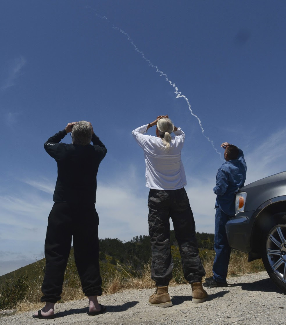 Pessoas observam lançamento de interceptador em estrada ao norte de Lompoc, na Califórnia (Foto: Len Wood /The Santa Maria Times via AP)