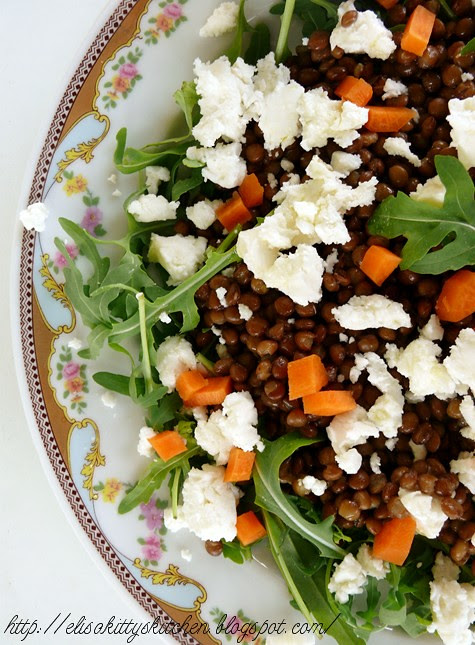 insalata con lenticchie all'alloro e stracchino di capra
