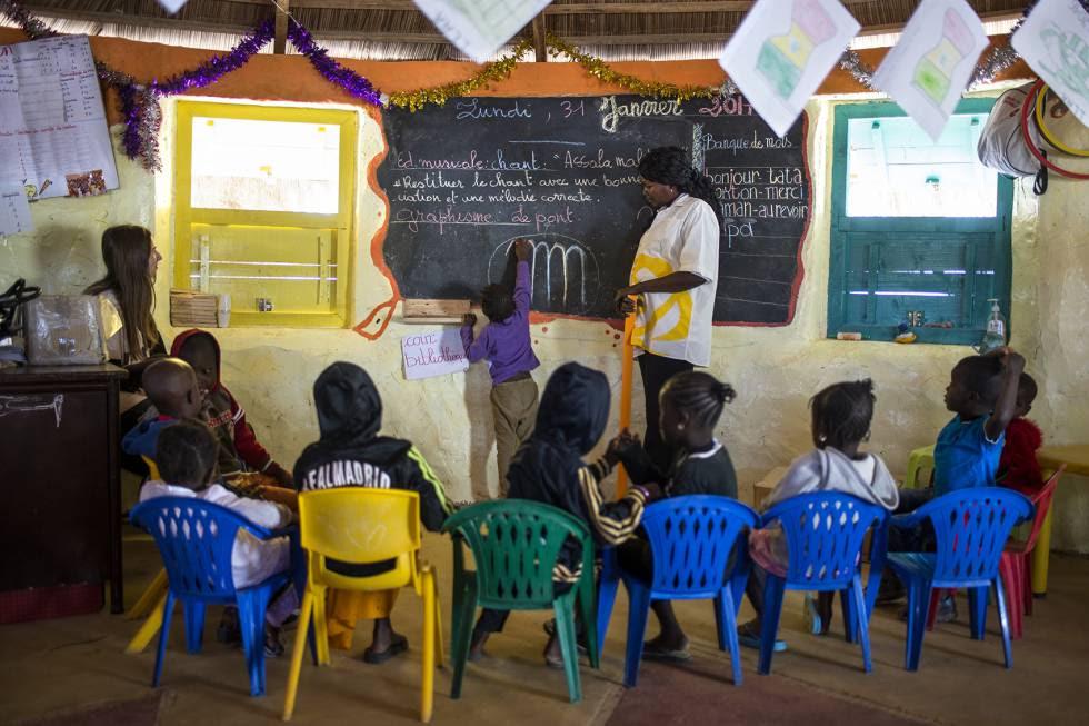 Para construir la escuela se usaron 7.000 botellas de plástico rellenas de arena con un revestimiento de adobe.
