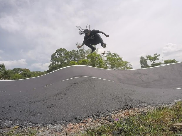 Skatista e músico Lobão manobra em pista poliesportiva, que atende bike, skate e patins, no novo Centro de Esportes Radicais. Ele gostou da versatilidade das pistas, mas sentiu falta de espaço específico para o skate (Foto: Vivian Reis/G1)