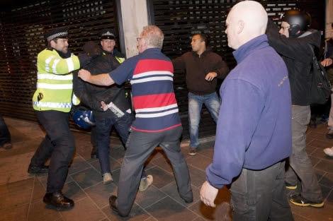 Enfrentamientos entre la policía y los ultras esta noche en Woolwich. | Afp