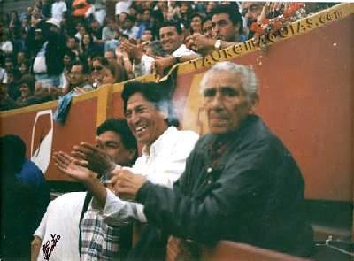 Alejandro Toledo en Acho junto a Angelillo