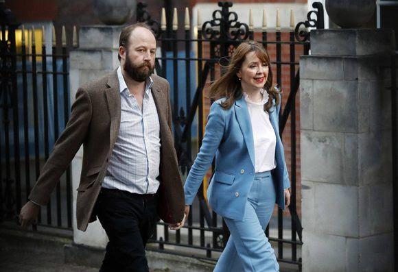 Los asesores de May, Nick Timothy y Fiona Hill, a su salida de la sede del partido Conservador este viernes en Londres. Foto: AP.