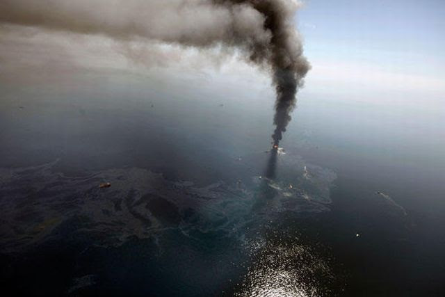 The Giant Oil Rig Explosion of the Gulf of Mexico (17 pics)
