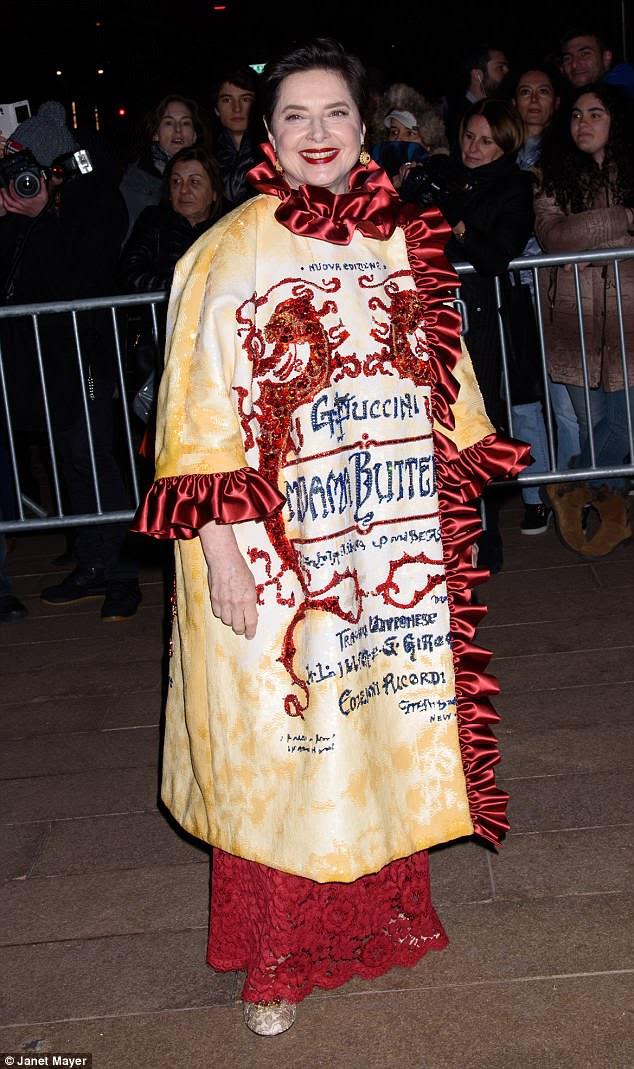 Puccini: Isabella Rossellini usava um casaco Madame Butterfly enquanto era fotografada ao entrar no evento